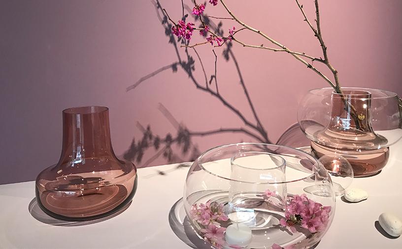ピンクの下部ベースは、直径が広く安定感もあるため、花以外にも長い枝物も複数飾ることができます。