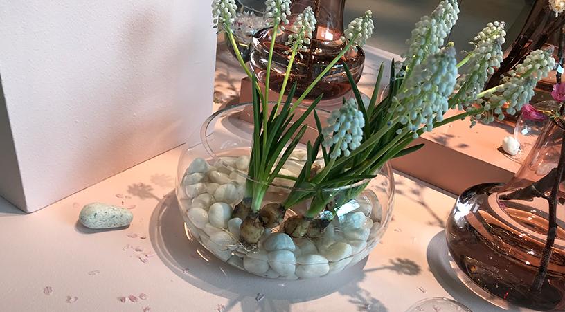 """クリアの上部ベースには花弁や小石なども飾ることができ、""""華道""""の心得ともいわれる、「空間を生ける」楽しみがあるのもCADO Vaseの魅力の一つとなっています。"""